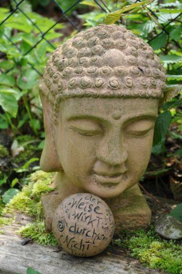 Buddha Im Garten Der Weise Wirkt Durch Nicht Tun Laotse Massage
