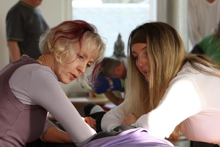 Brigitte und Ricarda bei der 4-händigen Energiemassage