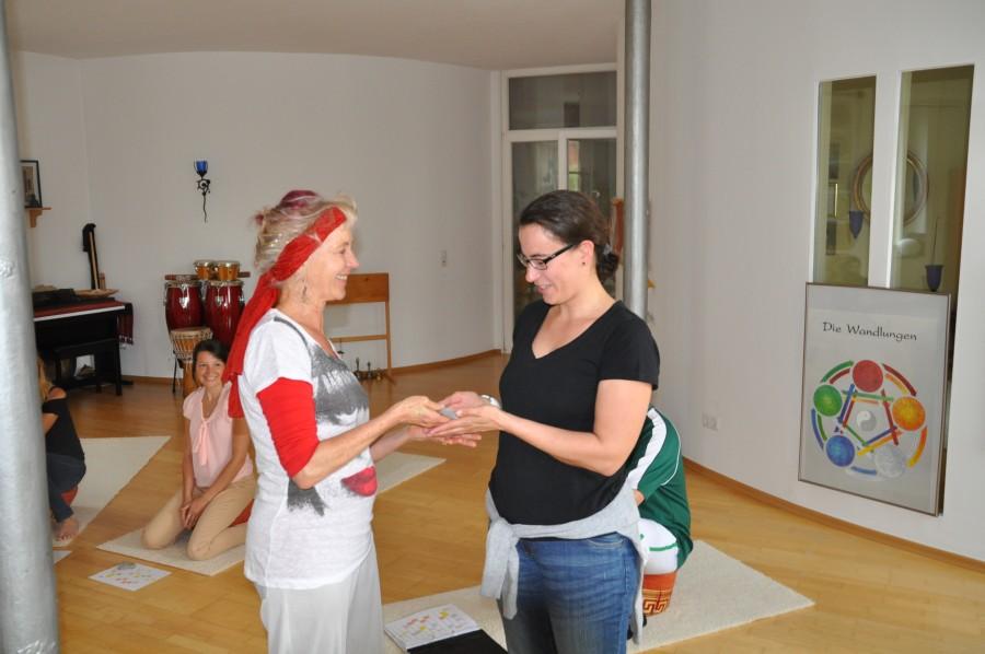 Ricarda überreicht Corina das Zertifikat